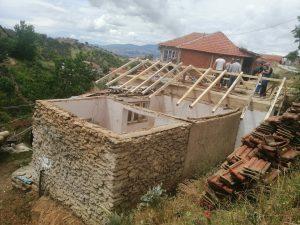 Привршуваме со реконструкцијата на крововите на првите започнати куќи во ромската населба блок 18 во општина Виница