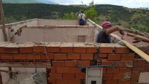 Се привршува подкровјето и кровот и на четвртата куќа во ромската населба блок 18 во општина Виница