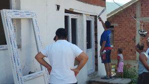 Се поставуваат вратите и прозорите на првите девет реновирани куќи на социјално загрозени семејства во ромската населба во општина Виница